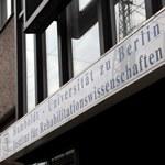 Blick auf den Eingang des Institutsgebäudes. (c) V. Schreiber